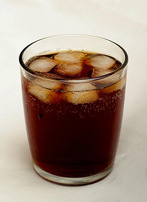 Tumbler_of_cola_with_ice